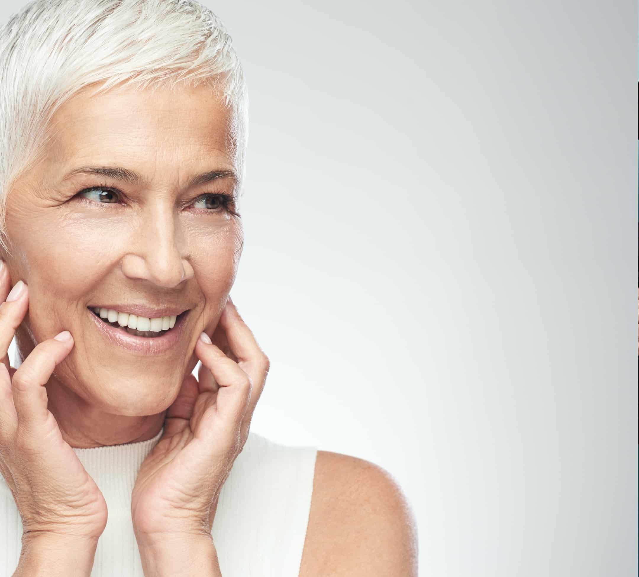 לקוח מחייך יישור שיניים שקוף מבוגר