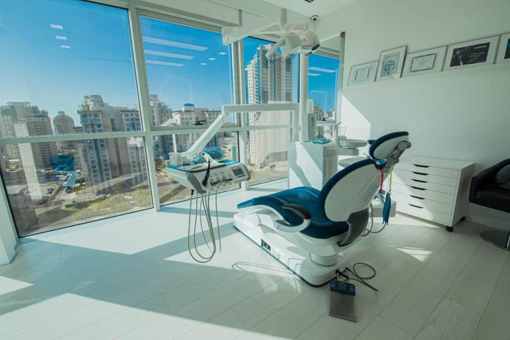 משרדי מרפאת שיניים יישור שיניים שקוןף
