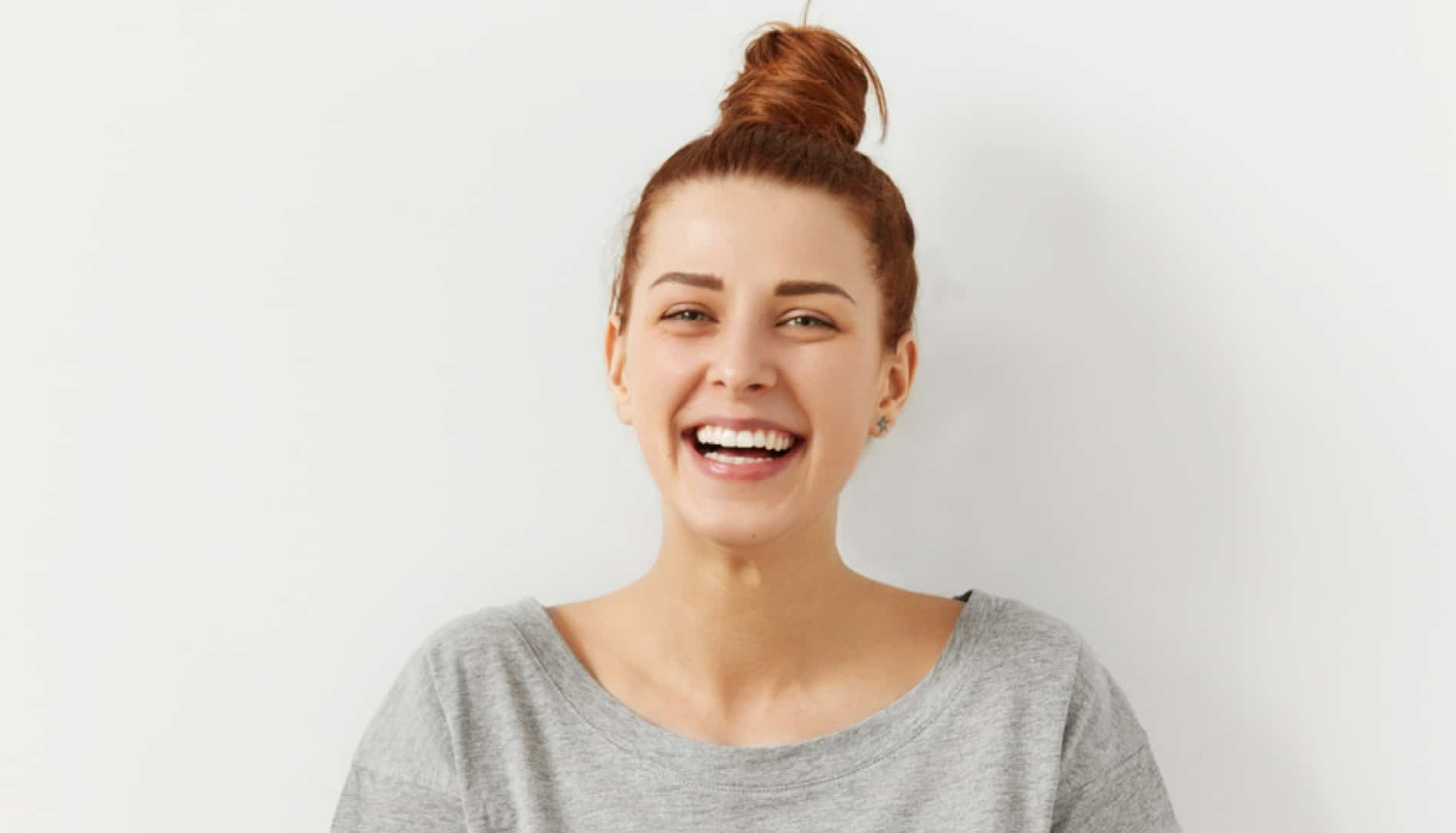 לקוח מחייך יישור שיניים שקוף